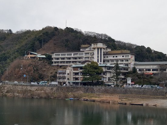 Iwakuni Kokusai Kanko Hotel: 從錦帶橋上看到的飯店建築外觀