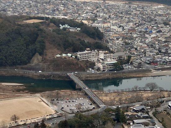 Iwakuni Kokusai Kanko Hotel: 從岩國城天守閣上看到的飯店建築外觀
