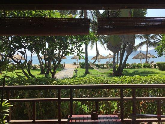 إيفاسون أنا ماندارا نها ترانج: Looking at the beach from our room.
