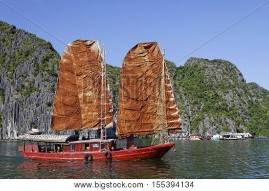 The Clouds Restaurant: Catba Sailing Junks