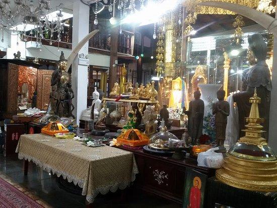 Navoda Tours : Gangaramaya Temple Colombo