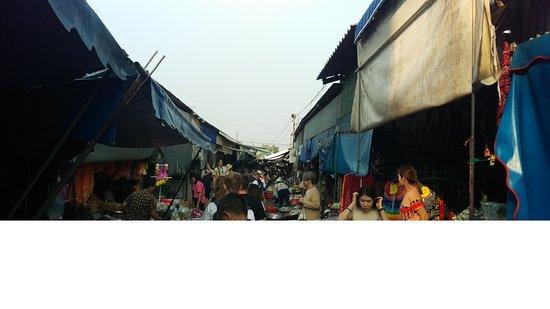 ตลาดรถไฟแม่กลอง (ตลาดร่มหุบ): Market
