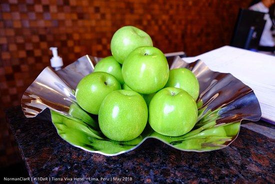 Tierra Viva Miraflores Larco Hotel: Fruits at the Reception