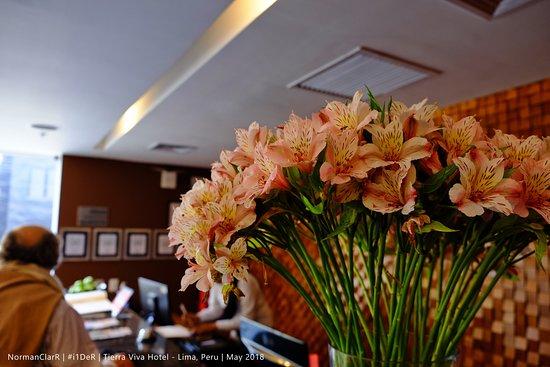 Tierra Viva Miraflores Larco Hotel: Reception/Front Desk with Fresh Flowers