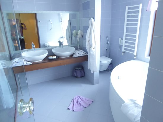 Art Hotel Nirvana: The large bathroom