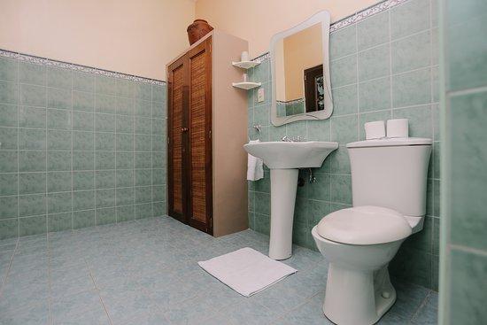 Turtle Bay Dive Resort: Garden-view Deluxe bathroom