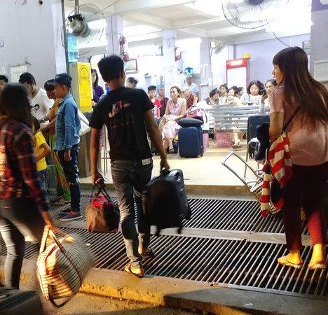 JJ Express: JJ staff helping carry luggage