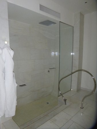 Palazzo Matteotti, The Dedica Anthology: Oversized shower with rain shower head