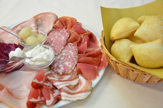 Antica Trattoria Tomba : Crescentine con misto di verdure e formaggi