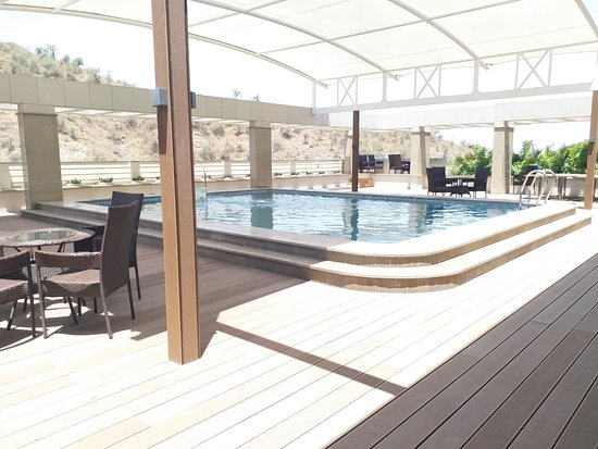 Blu Feather Hotel & Spa Udaipur: Day View of the Pool