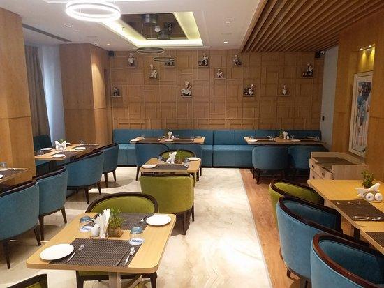 Blu Feather Hotel & Spa Udaipur: Blue themed restaurant !!