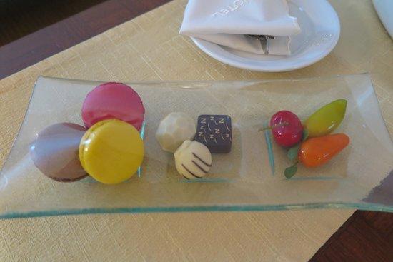 โนโวเทล แบงคอค สุวรรณภูมิ แอร์พอร์ท: มีเบเกอรี่และช็อคโกแลค ให้กินฟรี ครับ