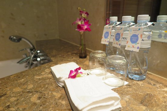 Novotel Bangkok Suvarnabhumi Airport: มีน้ำดื่มให้บริการในห้องพักเยอะแทบทุกจุดเลยครับข้าพเจ้าชอบมากๆครับ