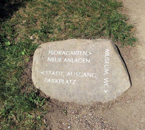 Wörlitz, Niemcy: Hinweisschild auf Stein
