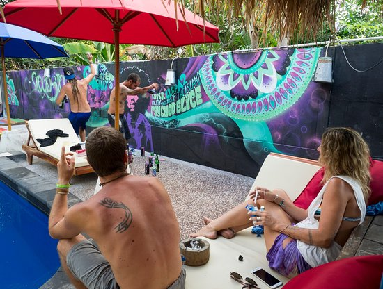 Woodstock Gili - Garden Bungalows: Trance music and graffiti, for Woodstock's pool-side-wall