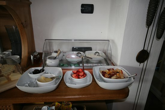 Trezzone, Italy: fresh fruits at breakfast