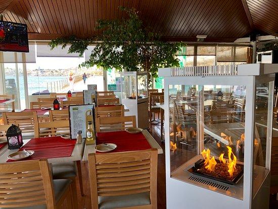 Baiuka Grill Restaurant: Ambiente dentro e fora na esplanada com vista