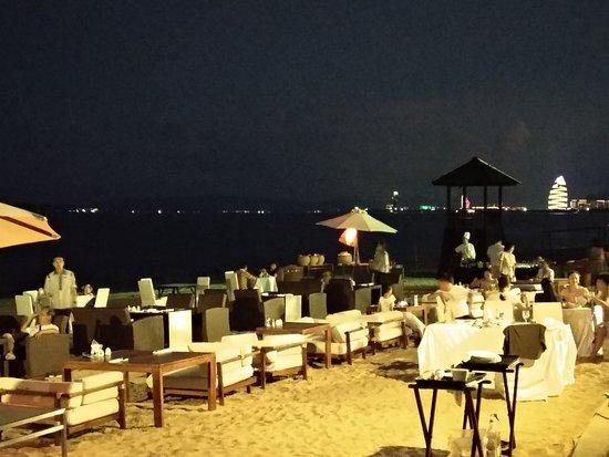 Renaissance Sanya Resort & Spa: Ужин на берегу