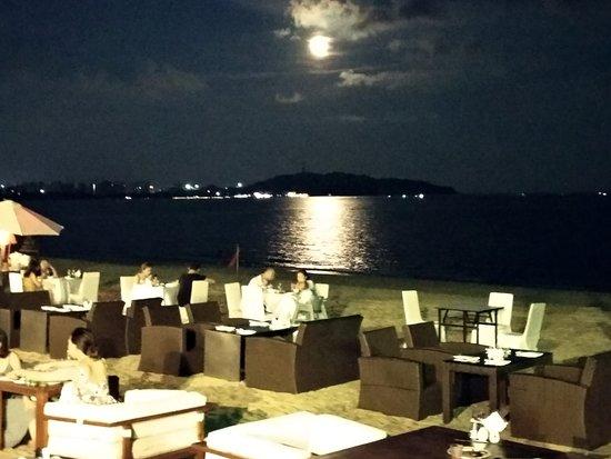 Renaissance Sanya Resort & Spa: Ужин на берегу.
