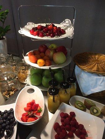 Pegnitz, Niemcy: frisches Obst in reicher Auswahl zum Frühstück