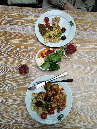 Marche Movenpick Dresden: мы едим очень скромно, но плата берется за тарелку, и можно набрать много)))