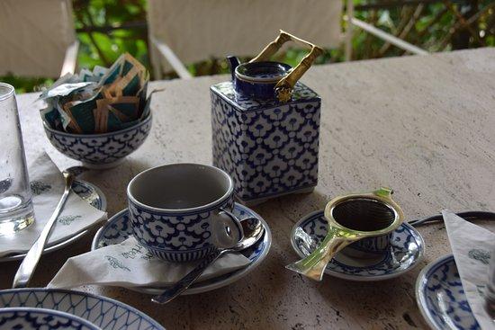 Giardini La Mortella: Geschirr im Teehaus