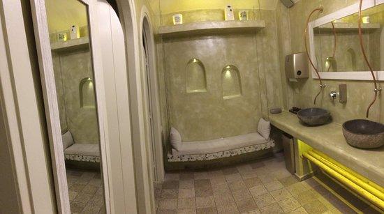 Vassilikos Restaurant: Damen- Toilette: Waschraum mit stylischen Waschbecken