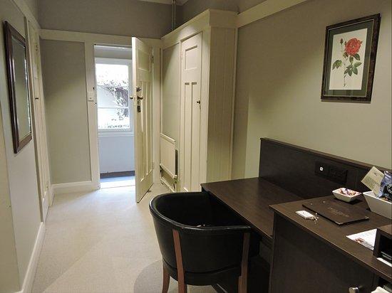 Links House: Entry to room, with desk