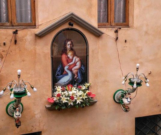 Casa di Santa Caterina: Muro casa adiacente alla casa Santuario di Santa Caterina