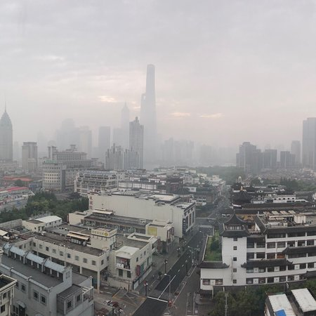 โรงแรมเรอเนสซองซ์ยวู่หยวน: Foggy SHANGHAI morning from Exceutive Lounge, Renaissance Shanghai Yu Garden Hotel