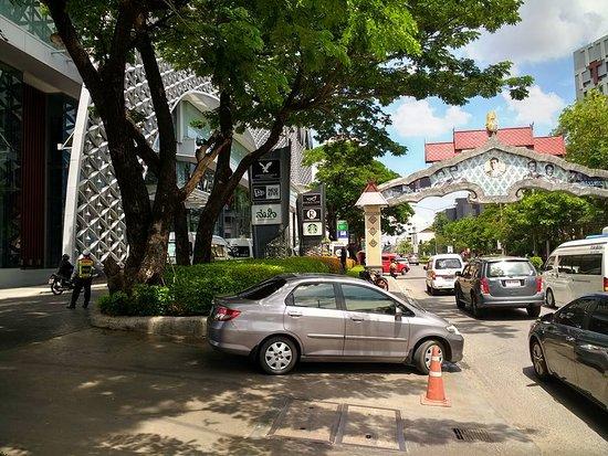 Maya Lifestyle Shopping Center: The entrance to Maya.