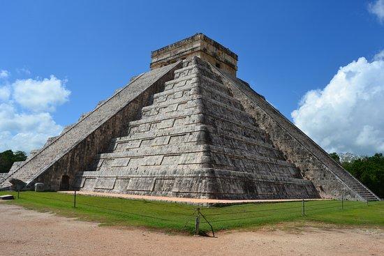 ชิเชนอิทซา: Pirâmide de Kukulcan, ou el caetillo. Referente à serpente emplumada.