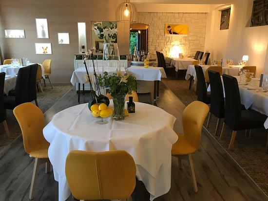 Les Akcias Restaurant: Le soleil est entré dans la maison ...