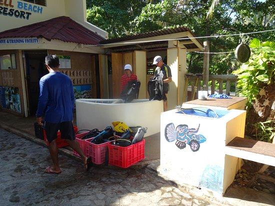 Wellbeach Dive Resort: Guido et Marevic surveillent la Préparation du Matériel avant de partir Plonger