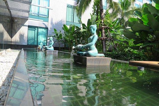 โนโวเทล แบงคอค สุวรรณภูมิ แอร์พอร์ท: ทัศนียภาพระหว่างทางเดินไปยังสระว่ายน้ำครับ