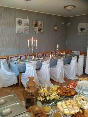 Rodinny Penzion U Karlu: Připravená tabule s rautem k oslavě narozenin