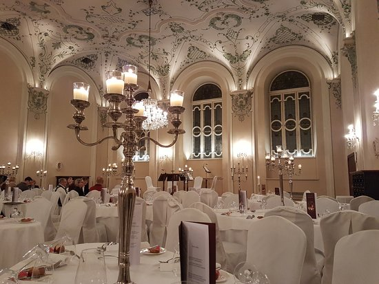 Cena y concierto de Mozart en Salzburgo: View from our table toward the front where the perfomances were staged