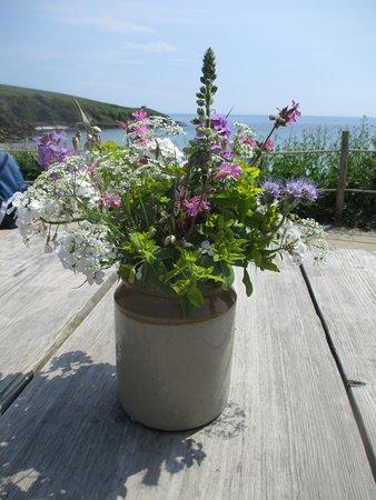 Portscatho, UK: Fresh flowers on the tables each day