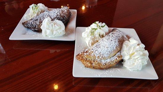Carrboro, Carolina del Norte: Key Lime Pie empanadas with cream.