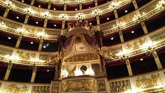 Teatro di San Carlo: 後ろを見上げるとロイヤル・ボックス