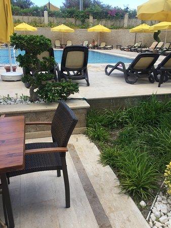 L'Oceanica Beach Resort Hotel: Напитки выливают прямо на пол в баре на пляже, стоит невыносимая вонь кислым Айраном и пивом