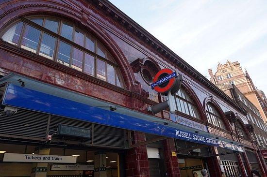 ฮอลิเดย์อินน์ลอนดอน บลูมส์เบอรี่: 호텔 뒤편의 러셀 스퀘어 지하철역