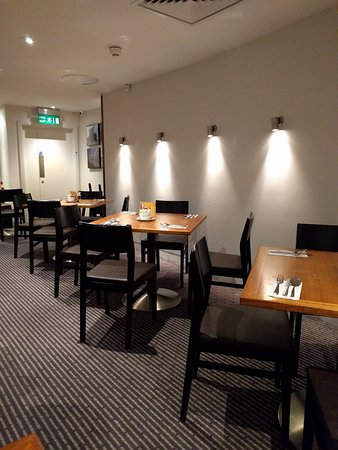 ฮอลิเดย์อินน์ลอนดอน บลูมส์เบอรี่: 조식 식당의 테이블들