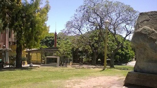สุสานเรโคเลตา: замечательная лужайка рядом с кладбищем