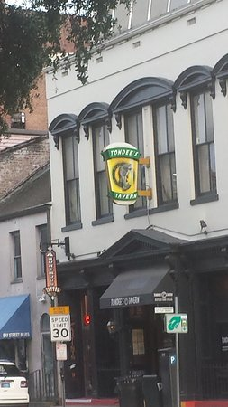 Tondee's Tavern: Just a block from the Holiday Inn Express on Bay Street