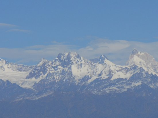Surkanda Devi Temple: Small temple with the mountains.. Serene.. calming ..