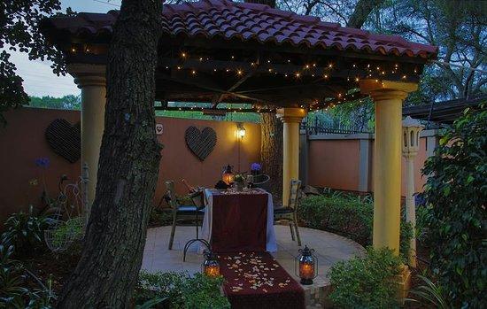 LeSi Singing Waiter Restaurant : Private romantic gazebo dining