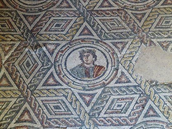 Villa Romana del Casale: mosaico geometrico con busto