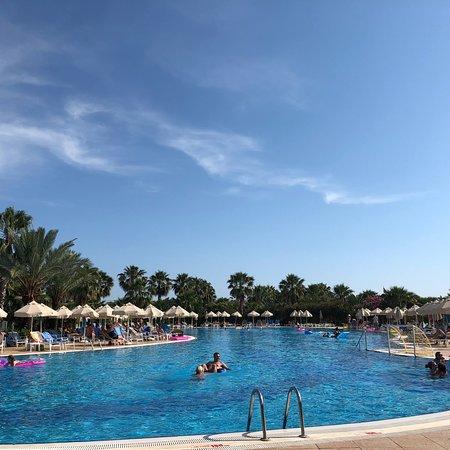 SunConnect Sea World Resort & Spa: 非常不错的酒店  我们选择了淡季来  因为价格比旺季便宜一半.酒店非常大 多个游泳池  步行2分钟就是私人海滩 早餐很好多选择 唯一有点遗憾 每天晚餐没什么改变 甜点太多 刚来特别好吃  不过
