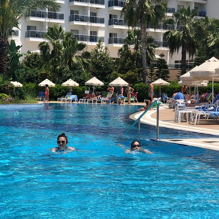 SunConnect Sea World Resort & Spa : 非常不错的酒店  我们选择了淡季来  因为价格比旺季便宜一半.酒店非常大 多个游泳池  步行2分钟就是私人海滩 早餐很好多选择 唯一有点遗憾 每天晚餐没什么改变 甜点太多 刚来特别好吃  不过